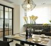玻璃门很好划分了厨房和餐厅的使用功能,通透宽敞十足,同时厨房搭浅灰色、原木色做层次,包容性极强的色调,展现柔美温馨的烹饪环境。