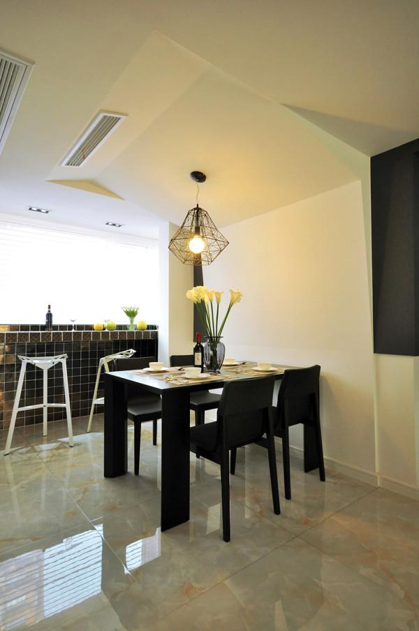 黑白色调的空间感与简洁的创意家居灵感碰撞,从视觉的互动,给空间带来了灵动感。创意吊灯,使用餐变得更轻松愉悦。