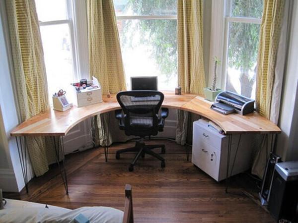 搭配一款专供飘窗的办工桌,一下子就把这块让人伤脑筋的角落变成了称心如意的办公角。充裕的光线、赏心悦目的视野,这样的环境说不定能激发你的创作灵感。