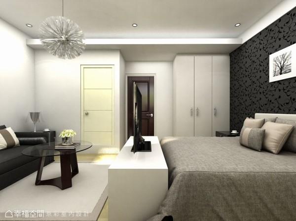 床尾的电视柜在主卧室内分野出独立小客厅空间。(此为3D合成示意图)