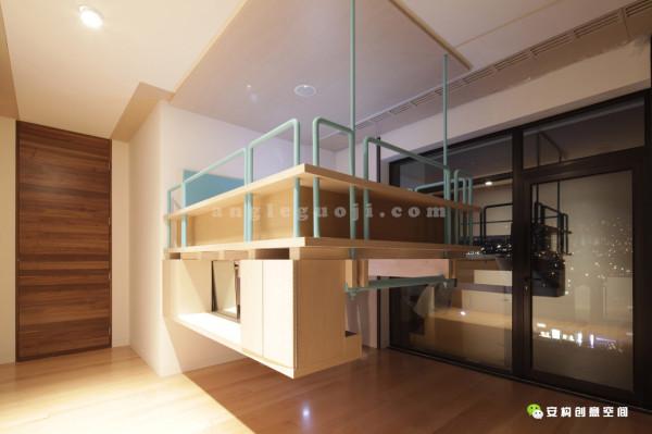 小女儿的房间坚持自己的概念价值和细节水准。考虑到她热衷舞蹈和高度,家具都设计成吊在天花板上。