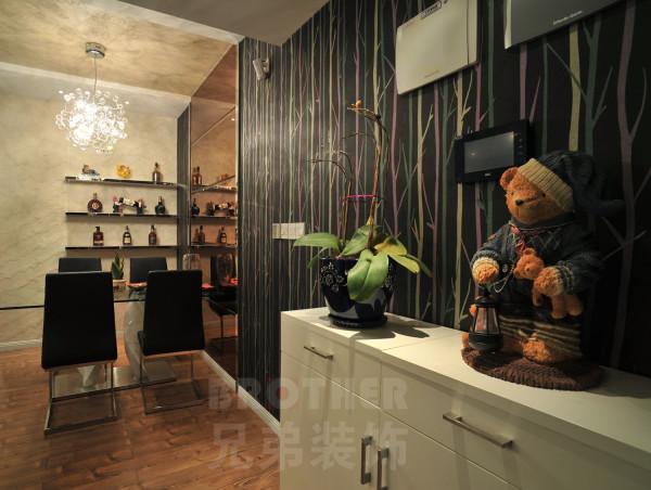 餐厅是靠着实墙的,使用黑镜做面,分区吊顶,墙面做部分造型,女主人挑选的灯饰也配的恰到好处