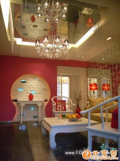 运用了有中国特色的 白色的雕花隔断、玫红色墙面,质感强烈的金属饰品 水晶灯的装饰 很闪亮