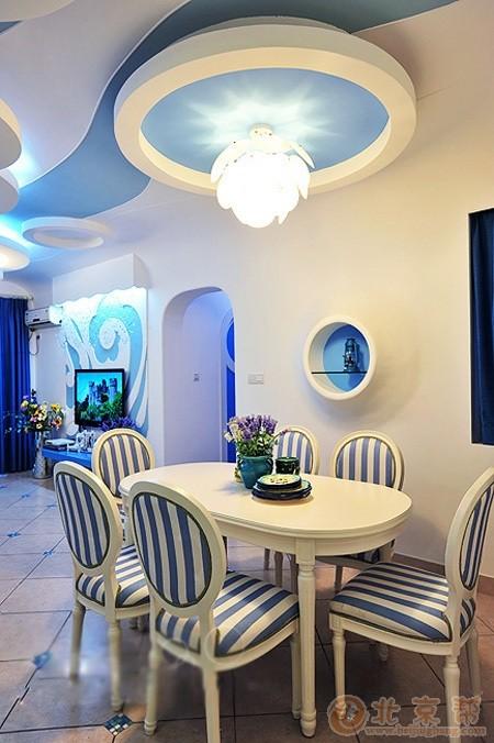 餐厅 屋顶大胆的运用了多个圆形的设计。加上灯光的设计,看起来真的像是大海里的光波。