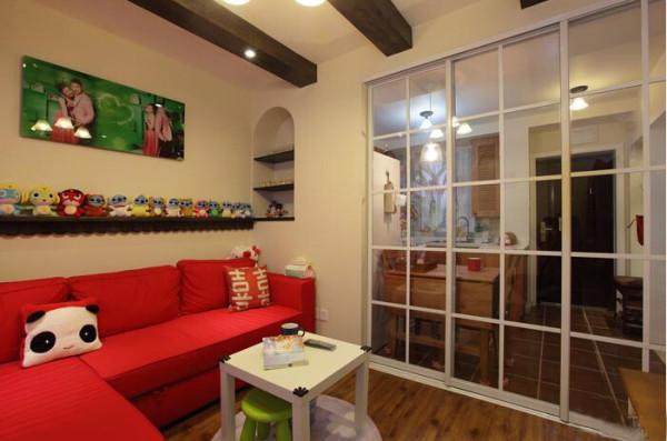 客厅与厨房做的是一个玻璃方框的隔断,空间也能嫌的大气