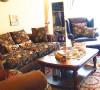 在客厅装修设计中古朴碎花图案附着在大体量皮沙发上,让纯真田园风情与自在不羁的美式生活情调和谐融进了客厅空间。