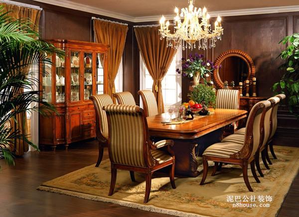 餐厅里华美精致的金属灯,静静地流露出它的端庄典雅、高贵华丽的气质