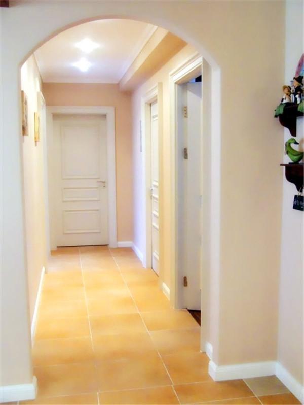 包括客厅、餐厅与厨房在内的公共空间均以券拱式垭口隔断,使空间的划分干脆而明了。通往私密空间的过道也由拱门把关,柔美弧线条搭配米黄色墙面,预告了私人空间的温馨气息。