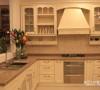 厨房沿折线展开,可节省不少空间,镜子的采用,能突显空间,从视觉上感觉不那么局促,墙壁上的置物柜,起到很好的容纳作用