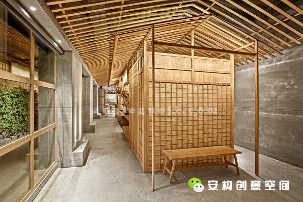 进入餐厅后,首先看见的是一个体现日本建筑与城市街景风情的木质长体量小建筑。人们经过它和等候区进入餐厅用餐区。这个小建筑不仅是餐厅重要的装饰元素,也承担了卫生间和仓库的功能。