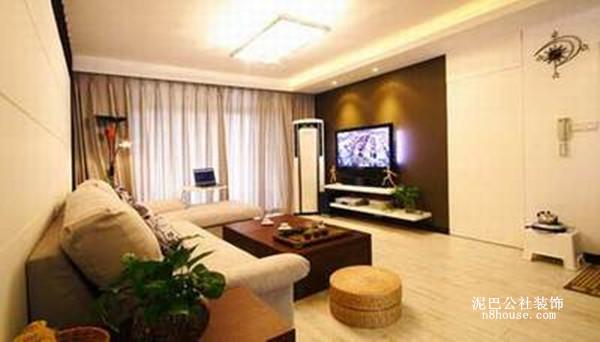 灯光刚好打在棕色的电视背景墙上,形成动态的水波效果,与客厅的静想衬托