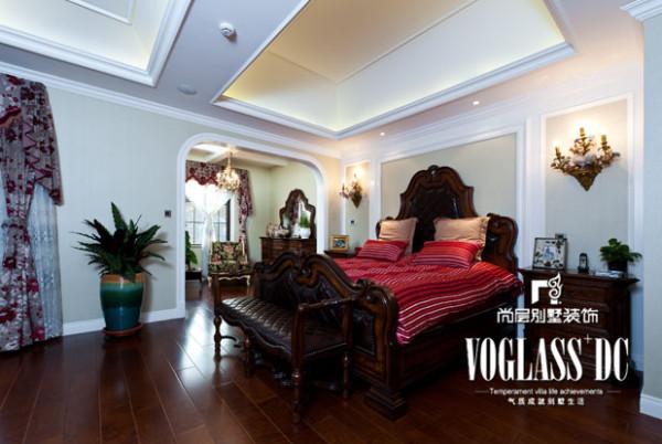 在卧室里,你可以看到高档木质家具,圆润的棱角,精细的雕花等等。在卫生间,卫浴空间选用整体的套间洁具,线条柔和简约,洁具、浴缸、手盆柔和的边角和光滑的表面,非常具有质感
