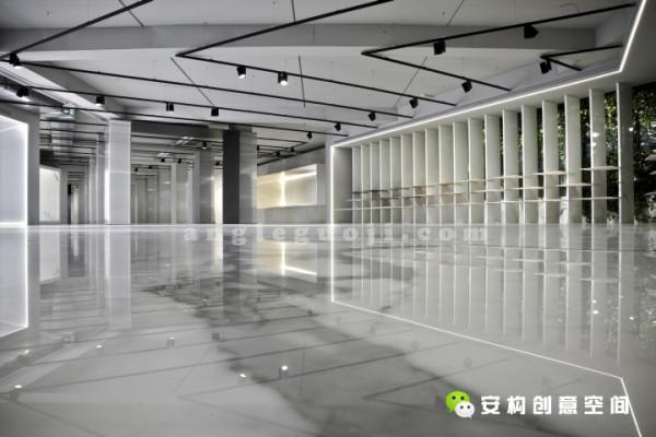 每个主题区域都特定的串接在一起,与整个空间形成一个统一的整体。在主干道上有两条走廊,直接通向内部的空间,这也是瞭望台,这里同时具有过滤和透视外面花园的双重功能。