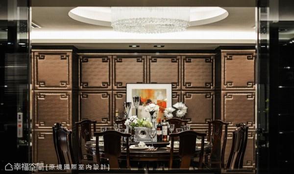 意味着「团圆」之意的的圆式餐桌,是屋主原有家私,设计师邱郁雯衬上了铆钉与绷布构织的主画面,成熟演绎辉煌大器。