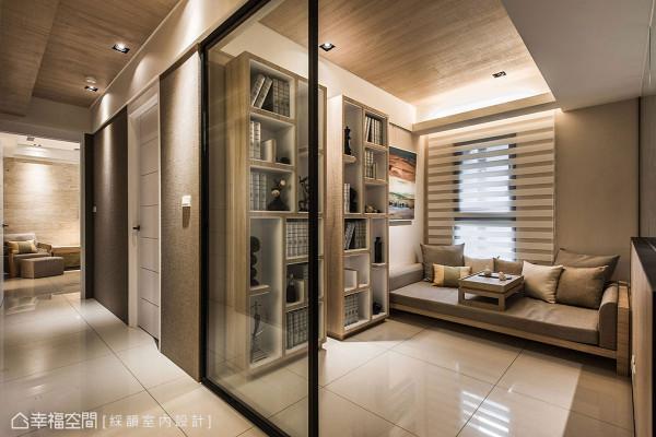 加大尺寸的木作卧榻兼具客房卧床使用,并透过造型感强烈的书柜线条丰富整体空间。