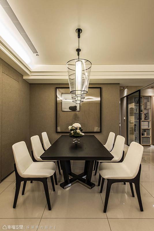 前卫简约的现代感灯具,提升餐厅的设计质感。