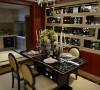 餐厅的设计同样结合了硬装的元素,以及延续了客厅的材质,在晶莹剔透的水晶吊灯的灯光下,一羹一勺的转动,慢慢的端起泛着琳琅满色的水晶杯,深吸细啖杯中的葡萄美酒,有多惬意........