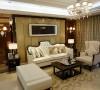 白色的布艺加上黑檀木饰面的家具即刻使客厅明亮起来,温和的光线充满整个客厅,延续硬装的元素和色彩,地毯的花纹和抱枕,窗帘,挂画的元素相互呼应,环环相扣,形成了浑然一体的整体氛围。