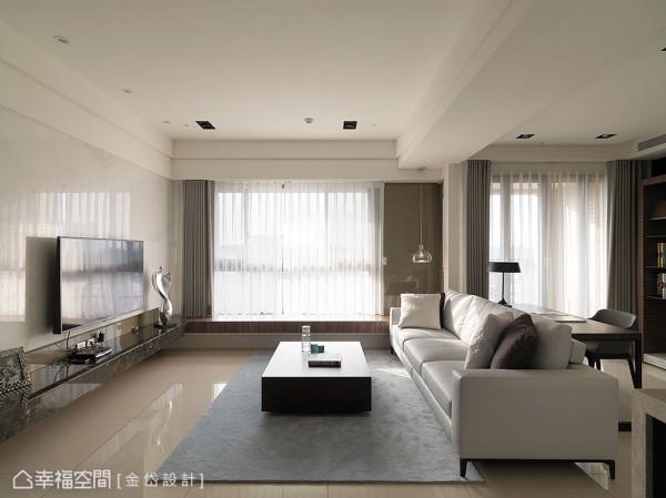 化繁为简的材质运用,将茶晶烤玻转换为窗侧风景,一字型的坐台规划,进一步扩充待客之需。