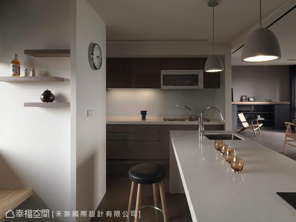 低调时尚的大地色厨具,厨房意象延伸来到实用的中岛上,提供了女主人与朋友交流的优雅空间。