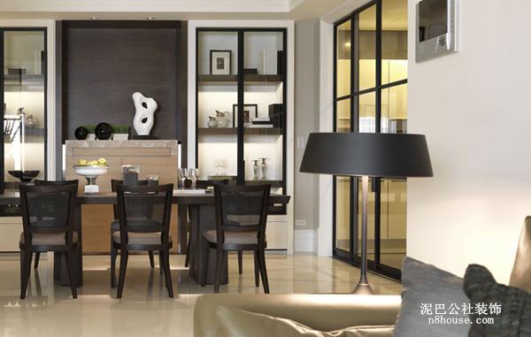 与普通的现代简约风格的餐厅差别不大,它的亮点则在靠墙静待的装饰品,安静却张扬