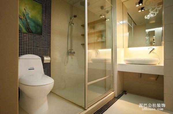 推拉玻璃门是现代风格很流行的卫生间设备,方形的浴室镜可以使得卫生间的空间感更加开阔