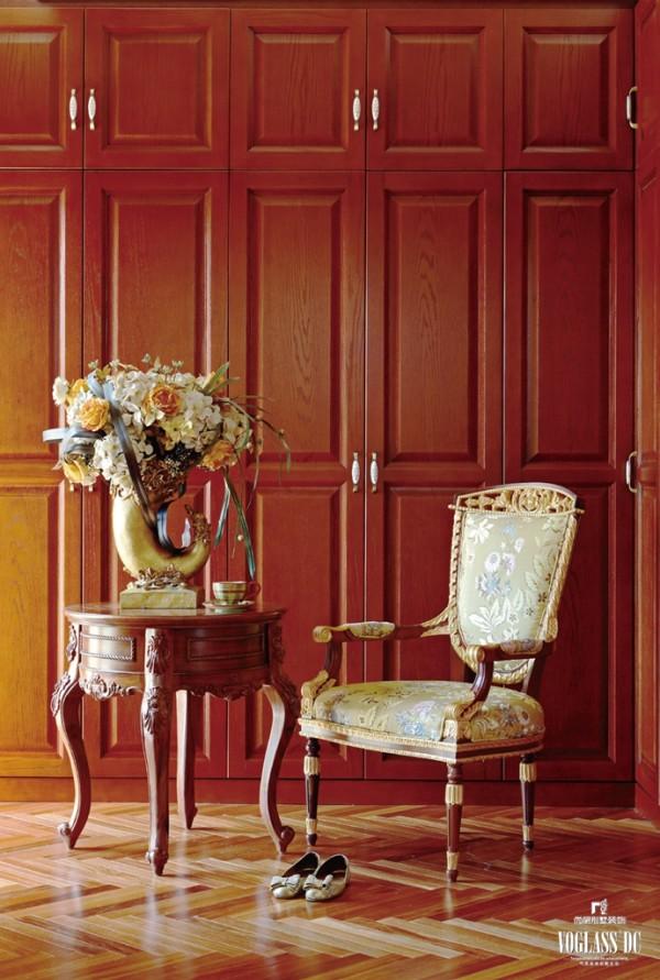 伴随着温暖阳光,红棕色调的空间中增添了些许浪漫与柔情。明亮的采光、金色欧式座椅、造型感十足的圆桌 .还有精心挑选充满爱意的花朵,衣帽间在设计时除去考虑实际功能,还十分注重质感的体现。