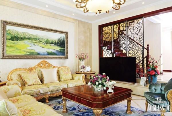 稍显奢华的客厅空间,采用了法式宫廷设计元素,并配合美式铁艺屏风,奢华中带有一丝粗旷。明朗愉快的色调使人赏心悦目,体现出主人对生活品质的极致追求。