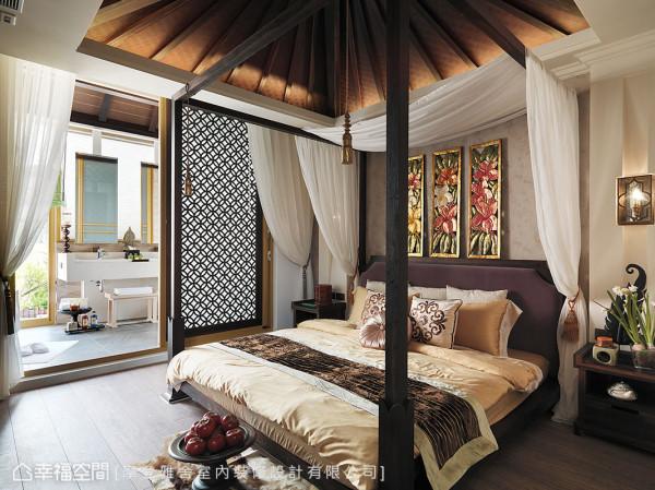 日光穿透镂空窗棂,与柚木四柱大床、斜尖屋顶、白色纱帐,打造女主人梦想中的主卧房。