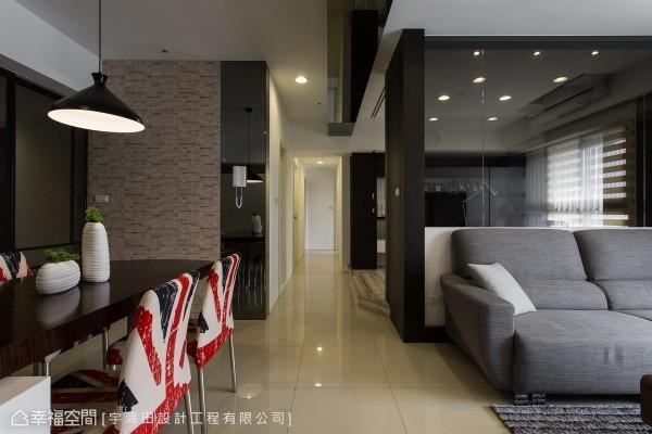 整合了通往书房、卫浴与3间卧房的动线,书房的开放式设计,使廊道同样拥有自然采光,不再有狭长窘迫感受。