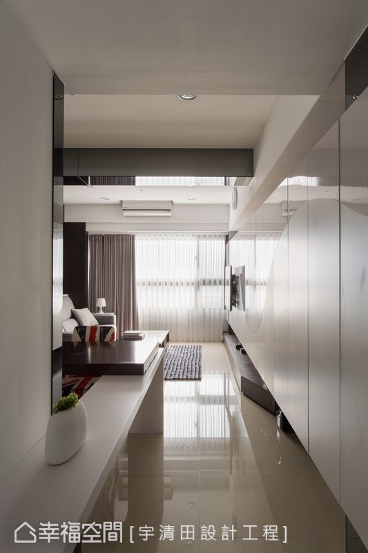 入门,循着收纳柜上亮面与雾面烤漆的波浪纹造型引导,移步之间感受灿亮温度与敞阔宽适。