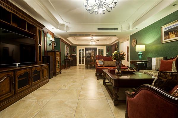 客厅设计师大胆用色,使空间充满新意,代表着希望和生命的绿色在设计师的笔下被处理的卓然天成,雍容华贵却又有身处雨林的奇妙体验。