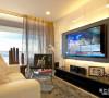 冷黑色与暖黄色相碰撞,鲜亮的颜色搭配,就是该客厅的亮点,半透明的塑胶窗帘,能使部分阳光抵达客厅,提高客厅通透感