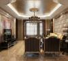 客厅墙面通过运用多种材质的质感对比和层次变化体现古典情调。