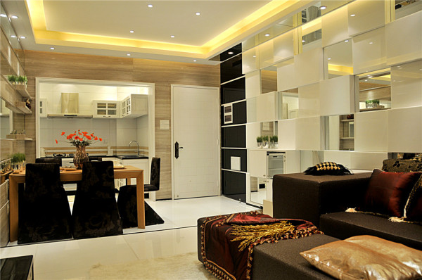 餐厅也是采用镜面的处理让整个就餐区域更加的舒适。加上墙面的绿植不仅舒适而且更加的惬意,感觉整个氛围家庭都非常和谐。家里最重要地方也就属于餐厅,直接反应了家里的生活习惯以及每个人的喜好。