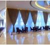 来到产权中心,深色的布艺沙发组合和皮质沙发的存在令整个空间刚柔结合,配合装饰特色地毯,和艺术吊灯为顾客营造出沉稳、庄重、舒适的氛围。