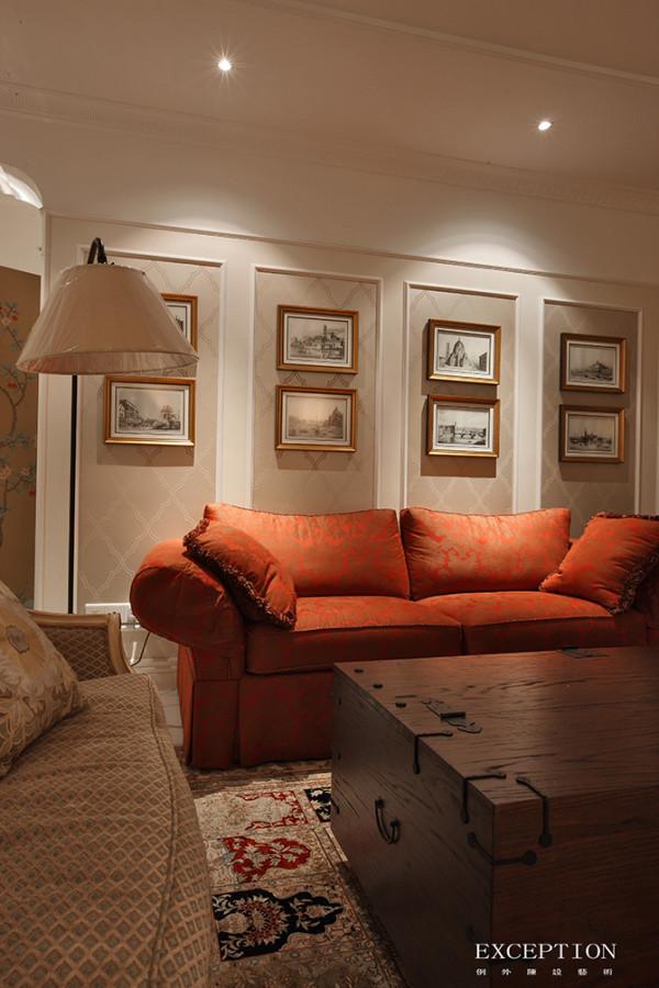 锈红色的双人沙发作为空间亮点引领着视线,茶几特地选取极具美式风格的木箱,突出厚重古老的年代感,同时兼具储物功能,一举两得。左侧的软沙发又以素雅的新古典姿态出现,菱格纹样温婉秀美。