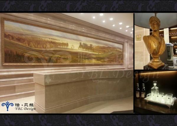经过了大堂,来到了洽谈区前厅,石材与金箔的大胆运用,豪华吊灯与天花造型相映成趣,精致的雕刻台灯和家具细致典雅,使整个前厅都透露着一种雍容华贵的大气风范。