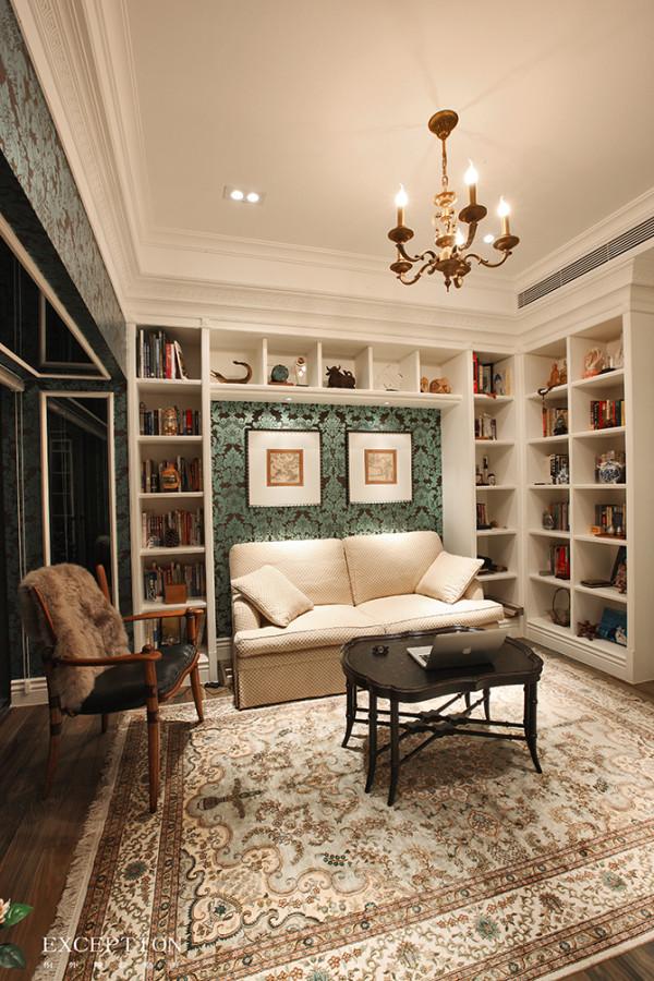 伊朗人将地面看做是房间的第五面墙,而波斯地毯是地板上的艺术品,这张绘满异域图腾的地毯属纯自然原料手工编结,艺术观赏价值与投资收藏价值兼具。左侧单人座椅,采用皮毛靠垫,坐感舒适,散发着随性味道。
