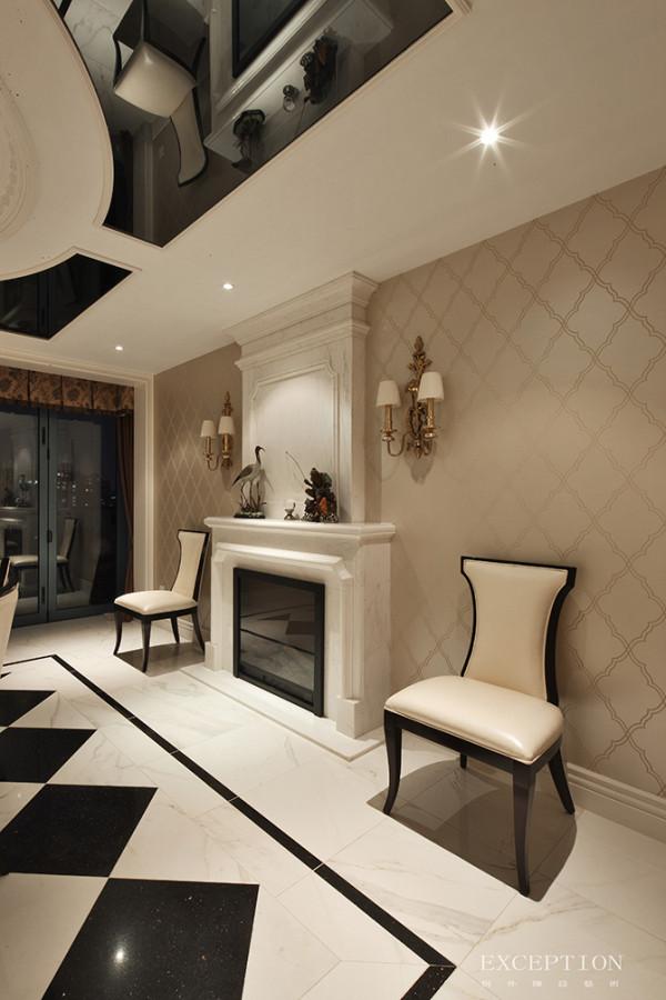 经典的壁炉设计,两侧各摆放一把餐椅,让空间结构布局更加平衡。 壁炉上的摆件也别具闲趣:老翁垂钓、鱼翔浅底、野鹤闲云水中立,一派闲适自得。