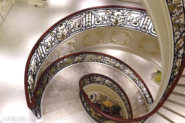 铁件与暗红色扶手间接强调婀娜窈窕的螺旋造型,楼板切割面的细节也没遗漏,以连续的口字框与装饰雕花修饰。