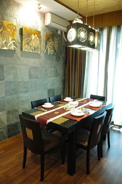 灯与画都与客厅统一,这样使整个屋子更加有连贯性,互相之间融洽贯通,没有突兀感。餐桌选择深黑实木质地的,更加符合传统庄重的用餐氛围。