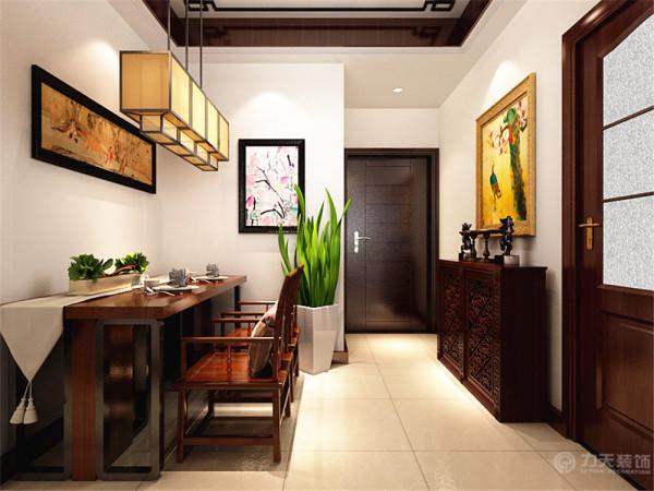 进入入户门后有一个小的玄关柜子,当做鞋柜。因为餐厅面积小,又是老两口,所以只做了一个两人小桌子当餐桌,像吧台一样,虽是中式但又有现代的气息。