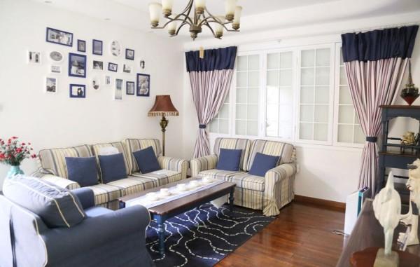 运用地中海风格常见的拱门与半拱门造型,给人以延伸的透视感,再通过纯美的蓝、白、黄色搭配海洋元素,带给家居自然浪漫的感觉。