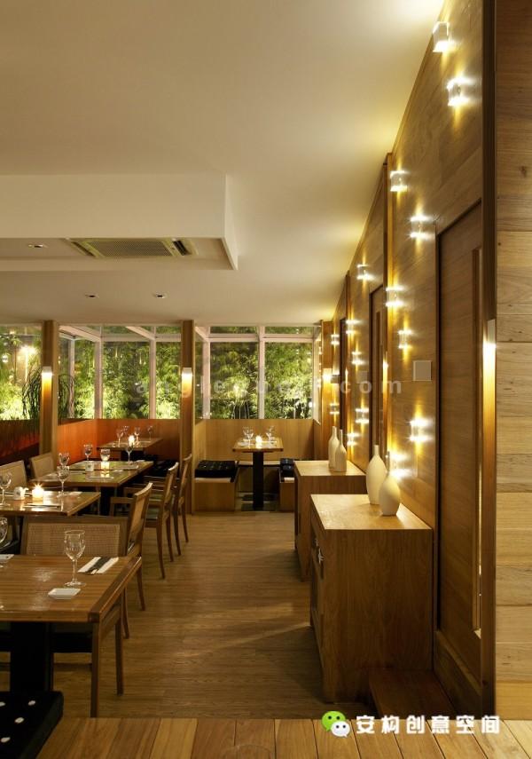小桌子、预约保留区和包厢,客人们可以从中随意选择所需要的就餐空间。预约保留区让客人们可以更加轻松的享受到美味的寿司。墙上的木制框线,还有内嵌式的照明设施,这让人们联想到火的颜色。