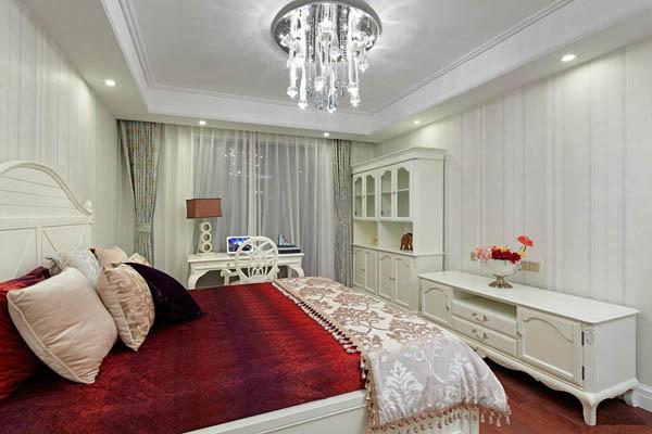 卧室设计要点:舒适 欧式风格的家居宜选用现代感强烈的家具组合,特点是简单、抽象、明快、现代感强,组合家具的颜色选用白色或流行色,配上合适的灯光及现代化的电器,就仿佛为主人编织了一个明快美丽的梦想。