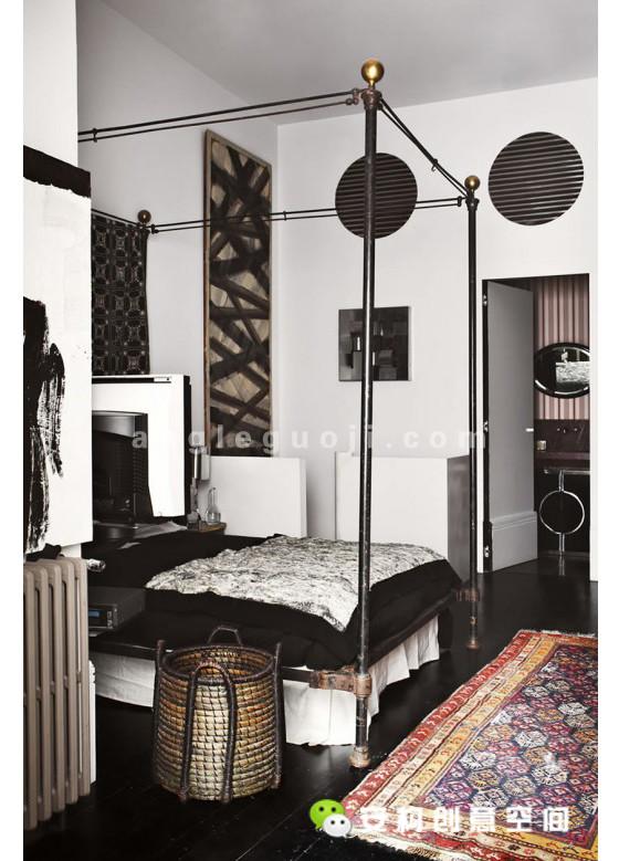 这个优雅而又具有男性化的住宅空间,名叫Santiago Castillo,是由马德里的设计师Lorenzo Castillo操刀设计的。