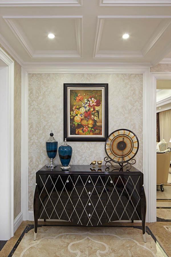 玄关设计效果图 通透的采光加上光亮的大理石,让玄关变得十分的明亮,一个储物柜加上一些简单的装饰品,宽阔的玄关十分的简洁,但小细节变化,让它富含着吸引力。