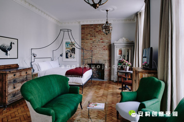 为了吸引更多的客人,他邀请当地艺术家对房间进行装饰,代价就是为这些艺术家提供食宿,这也正是这家宾馆名字的来源。