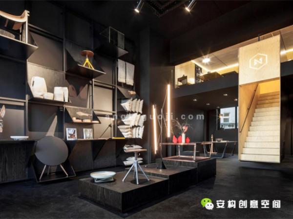 一个黑色松木柜台放置在店内另一端的墙边,用同一材料做成的较低的展示柜位于柜台和墙壁之间。在一楼的背面,有一间可供员工和顾客们喝茶的厨房。